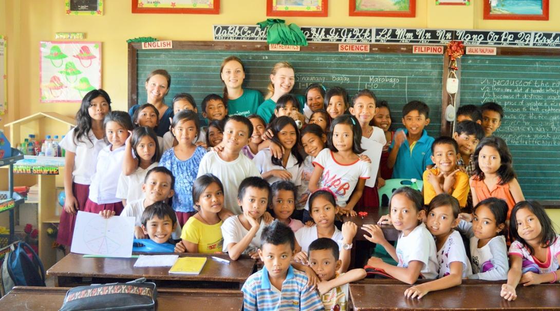 教育ボランティアとフィリピンの小学生